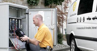 Kabel Deutschland Arbeiten am Schaltkasten für Telefon, Internet und TV