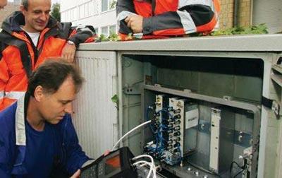 Unitymedia Techniker am Schaltschrank beim Breitband Internet Netzausbau