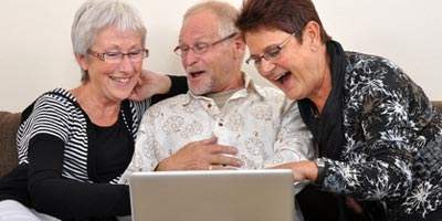 Internet erhält Freundschaften - alte und neue Freunde per Netz